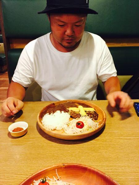 【食べ物を可愛く撮るコツは?】びっくりドンキーで男二人でハンバーグをオシャレに撮影してみた