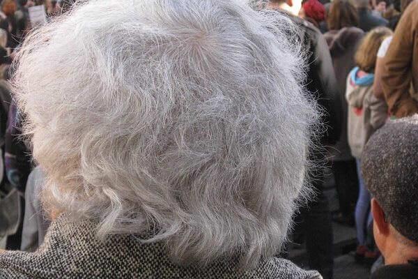 白髪染めをしていると本当に白髪が増えるの?