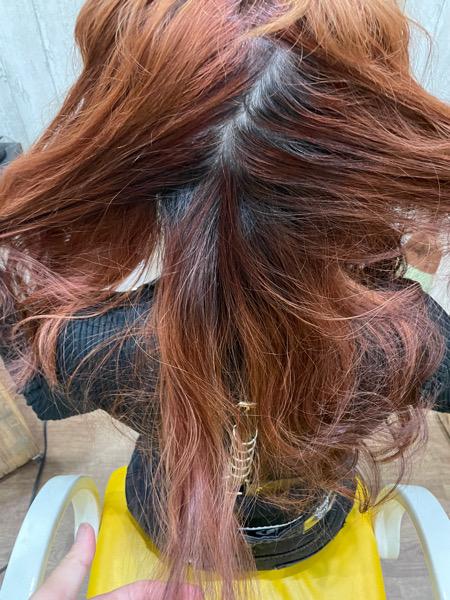 【大阪】赤髪を綺麗にブリーチしてミルクティーにするには?
